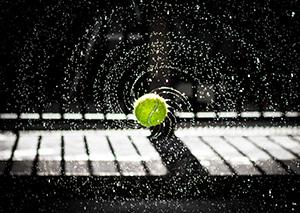 אתר AUREN  כדור מתגלגת על מקלדת פסנתר